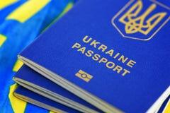 Oekraïense biometrische paspoorten stock foto's
