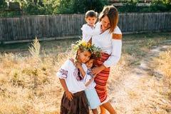 Oekraïense familie: de moeder en de kinderen zijn gekleed in geborduurde robes stock foto