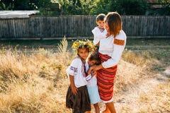 Oekraïense familie: de moeder en de kinderen zijn gekleed in geborduurde robes royalty-vrije stock afbeelding