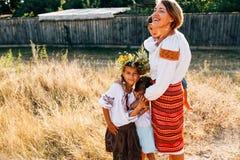 Oekraïense familie: de moeder en de kinderen zijn gekleed in geborduurde robes royalty-vrije stock foto