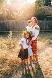 Oekraïense familie: de moeder en de kinderen zijn gekleed in geborduurde robes royalty-vrije stock fotografie