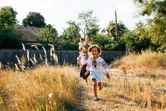 Oekraïense familie: de moeder en de kinderen zijn gekleed in geborduurde robes stock fotografie