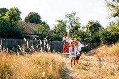 Oekraïense familie: de moeder en de kinderen zijn gekleed in geborduurde robes stock afbeeldingen