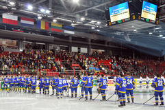 Oekraïense hockeyspelers op het ijs die aan Hymne luisteren Stock Fotografie