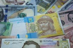 Oekraïense hryvnia, dollarrekeningen, euro en ander geld Geldbedelaars Stock Foto