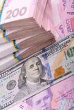 Oekraïense hryvnia en Amerikaanse dollars Stock Afbeelding