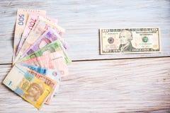 Oekraïense hryvnia en Amerikaanse dollars op een houten achtergrond Stock Foto