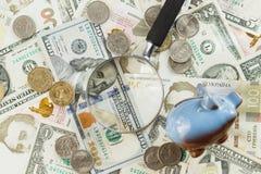 Oekraïense hryvnia en de Amerikaanse dollars van ` s met een spaarvarken Stock Fotografie