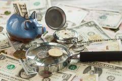 Oekraïense hryvnia en de Amerikaanse dollars van ` s met een spaarvarken en een vergrootglas Royalty-vrije Stock Foto
