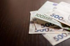 Oekraïense hryvnia en 100 euro als concept van de muntuitwisseling Royalty-vrije Stock Afbeelding