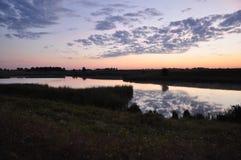 Oekraïense landbouwbedrijfzonsondergang, rivier mooi landschap Stock Afbeelding