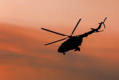 Oekraïense militaire helikopter tijdens de vlucht Stock Afbeeldingen