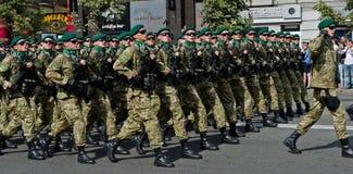 Oekraïense militairen die bij de militaire parade marcheren Stock Afbeeldingen
