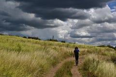 Oekraïense steppe en het overweldigen cloudscape Stock Foto's