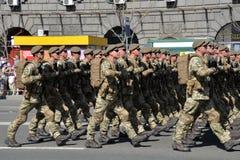 Oekraïense valschermjagers die bij de militaire parade marcheren royalty-vrije stock foto