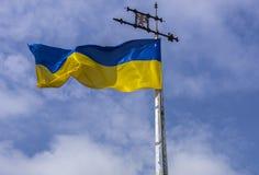Oekraïense vlag op de achtergrond Stock Afbeelding