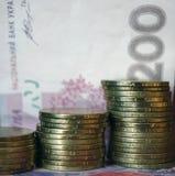 Oekra?ens geld Bankbiljet van Oekra?ense hryvnia Achtergrond van twee honderd hryvniabankbiljetten, muntstukken in stapels, close stock fotografie