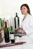 Oenologist che analizza un vino immagini stock libere da diritti