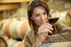 Oenologist smaczny czerwone wino Obraz Royalty Free