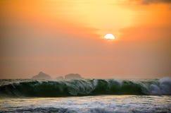 Oerhörd härlig orange solnedgång med berg i backgroen fotografering för bildbyråer