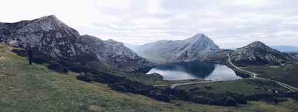 Oerhörd kontrast i Picos de Europa royaltyfri bild