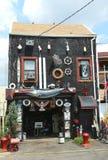 Oerhört hus i rött krokavsnitt i Brooklyn Royaltyfria Bilder