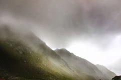 Oerhört landskap med dimmiga berg Arkivbild