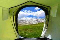 Oerhört landskap och campa tält royaltyfria bilder