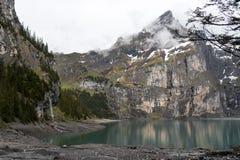 Oeschinensee See mit Wasserfall lizenzfreie stockbilder