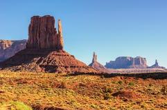 Oeste del valle del monumento y parque nacional de Utah de la mota del este de las manoplas Foto de archivo libre de regalías