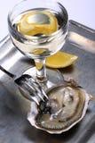 Oester en witte wijn Royalty-vrije Stock Afbeeldingen