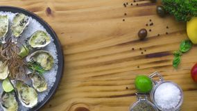 Oesters met kaas en kruiden op houten exemplaarruimte die worden gekookt Zeevruchtensamenstelling Italiaanse keuken met zeevrucht stock videobeelden