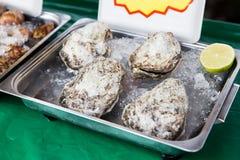 Oesters of zeevruchten op ijs bij Aziatische straatmarkt Stock Afbeelding