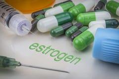 Oestrogeen, geneesmiddelen en spuiten als concept royalty-vrije stock foto