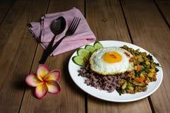 Oeuf au plat avec du porc et le basilic hachés faits sauter à feu vif, nourriture thaïlandaise Images libres de droits