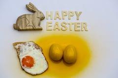 Oeuf au plat avec l'oeuf de pâques et le lapin de Pâques, Joyeuses Pâques Images libres de droits