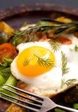 Oeuf au plat et légumes de plan rapproché avec la fourchette Photographie stock libre de droits