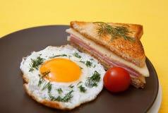 Oeuf au plat et pain grillé Photo libre de droits