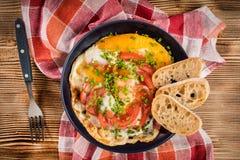 Oeuf au plat fait maison de petit déjeuner avec la tomate Photographie stock