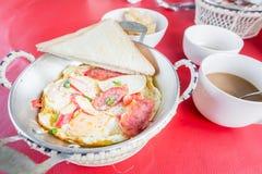 Oeuf au plat vietnamien de style dans la casserole Photographie stock libre de droits