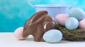 Oeuf australien de Bilby p?ques de chocolat au lait avec des oeufs dans le nid clips vidéos