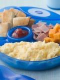 Oeuf brouillé avec des grands dos de jambon et de fromage de pain grillé Photographie stock libre de droits