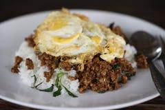 Oeuf complété par riz avec du porc et le basilic remuer-frits Photos libres de droits