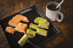 Oeuf cuit à la vapeur délicieux de crème anglaise et café chaud photographie stock libre de droits