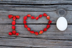 Oeuf d'amour des textes I sur le fond en bois Photo libre de droits