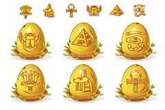 Oeuf d'or avec des symboles égyptiens, oeufs de pâques dans le nid d'oiseaux des brindilles illustration libre de droits
