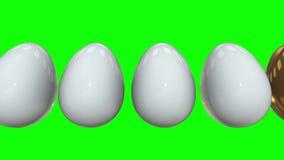 Oeuf d'or dans une ligne des oeufs blancs 3d banque de vidéos