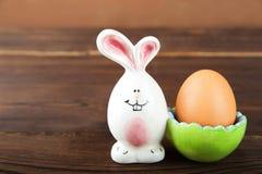 Oeuf dans un support en céramique avec un lapin image libre de droits
