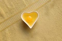 Oeuf dans une tasse de porcelaine sous forme de coeur Photos stock