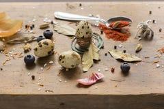 Oeuf de caille disposé sur la table en bois Images stock